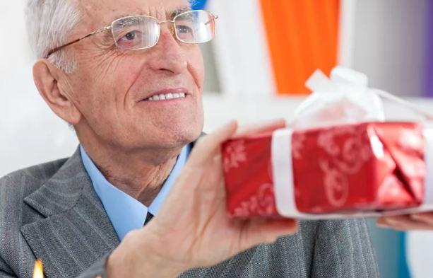 Что подарить взрослому пожилому мужчине