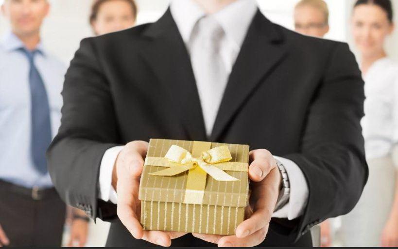 Что подарить начальнику на 23 февраля
