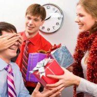 Подарки коллегам и сотрудникам на Новый год — что выбрать и где купить