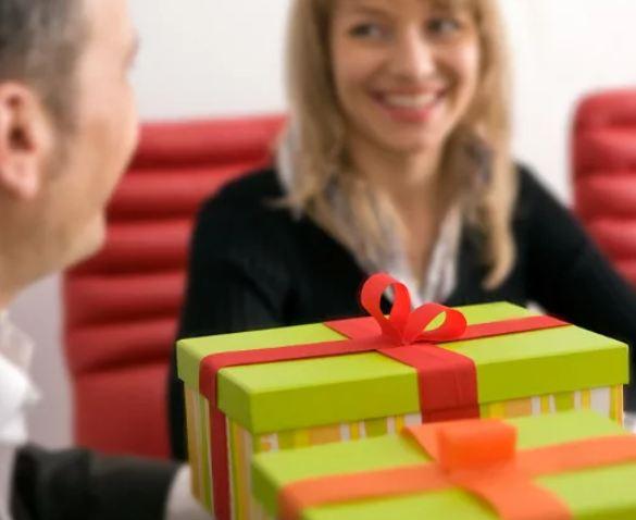 Что подарить мужчине-коллеге на День рождения