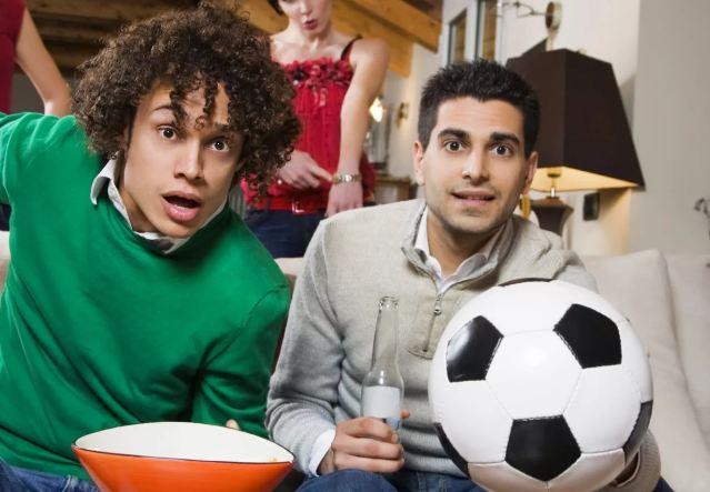 Что подарить парню на 23 февраля футбольному фанату